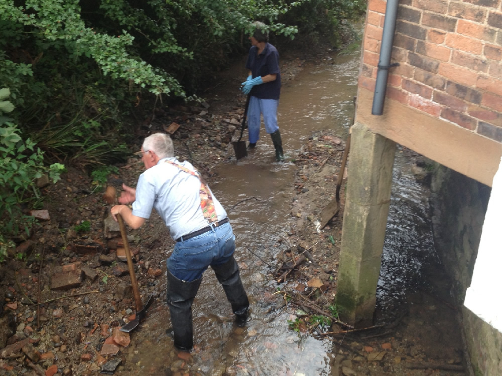 24/08/2013 Potwell Dyke clearance at Commissioner's bridge on Church St by Jacky Huson